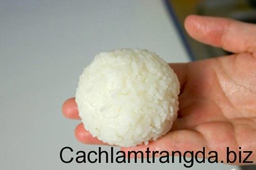huong-dan-meo-cach-su-dung-com-nong-de-tri-mun-dau-den-dang-ghet 3