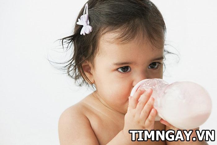 Bé 1 tuổi nên uống sữa tươi không? Uống khi nào và loại sữa nào tốt nhất cho trẻ 1