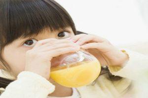 Cách pha nước cam cho bé và những lưu ý khi cho trẻ uống nước cam