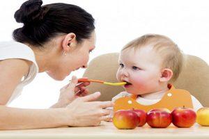 Cho trẻ ăn váng sữa vào thời gian nào trong ngày để trẻ hấp thu tốt nhất