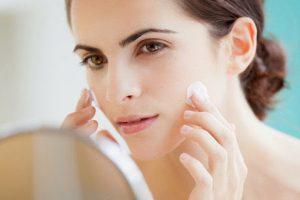 Có nên dùng kem dưỡng da mặt cho bà mẹ sau sinh không và cách sử dụng