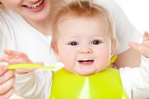 Sử dụng sữa chua cho bé ăn dặm bao nhiêu là hợp lý