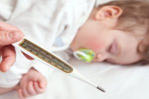 Tìm hiểu nguyên nhân và cách chăm sóc khi trẻ sốt cao.
