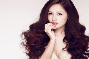 Bạn gái sành điệu, quyến rũ, thời trang với tóc dài uốn ấn tượng