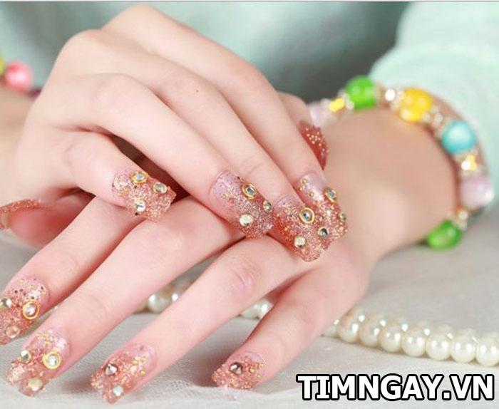 Các mẫu nail đính đá đẹp cho bạn gái nổi bật trong từng hoàn cảnh 3