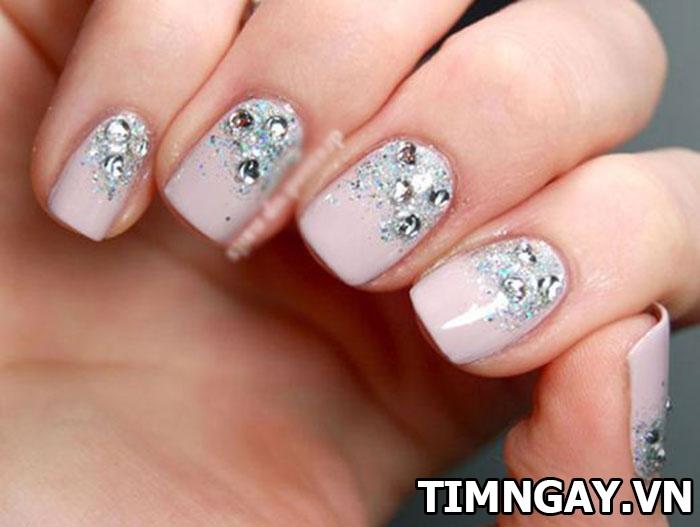 Các mẫu nail đính đá đẹp cho bạn gái nổi bật trong từng hoàn cảnh 5