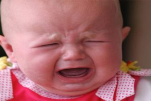 Mẹ cần làm gì khi trẻ bị sốt mọc răng? Biểu hiện của sốt mọc răng