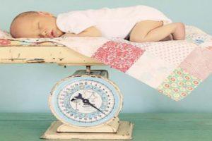 Mẹ làm gì khi trẻ sơ sinh tăng cân chậm? Cách theo dõi cân nặng của bé