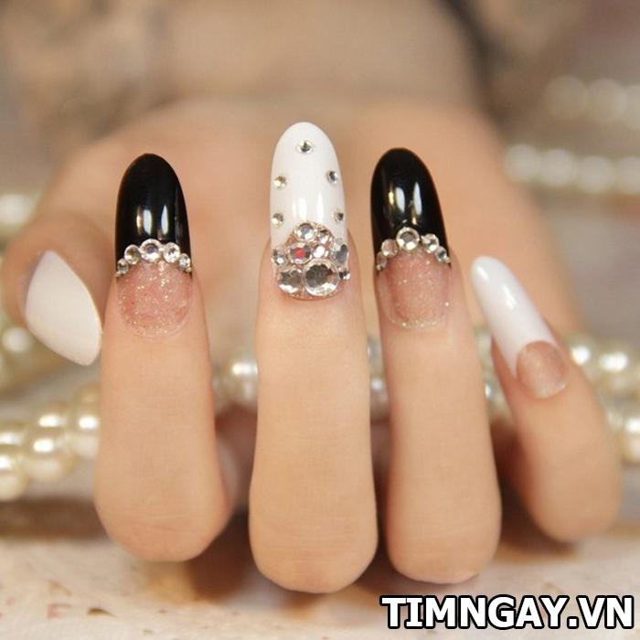Ngây ngất với mẫu nail màu sắc và mẫu nail đính đá đơn giản mà đẹp3